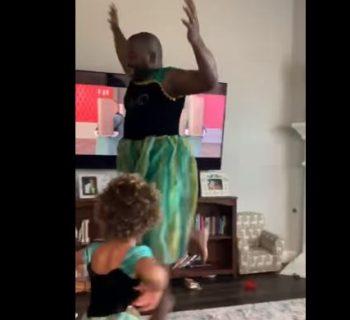 il-video-che-sta-spopolando-sul-web-papa-vestito-da-anna-di-frozen-balla-e-canta-con-la-figlia