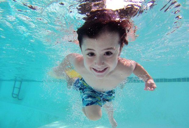 1-bambino-su-3-non-sa-nuotare-a-che-eta-iniziare