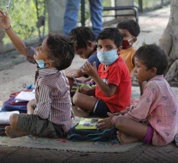 india-una-coppia-fa-lezione-in-strada-ai-bimbi-rimasti-senza-scuola-a-causa-del-covid