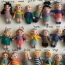 insegnante-olandese-realizza-a-maglia-23-bamboline-con-le-sembianze-dei-suoi-studenti