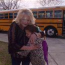 una-piccola-orfana-e-autista-di-un-bus-unite-da-una-treccia