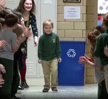 torna-a-scuola-dopo-tre-anni-di-cure-contro-la-leucemia:-e-standing-ovation!