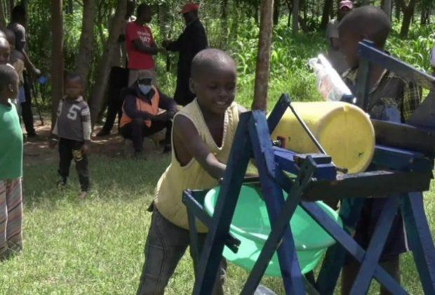 kenya-il-piccolo-stephen-inventa-macchina-per-lavarsi-le-mani-e-proteggersi-dal-coronavirus