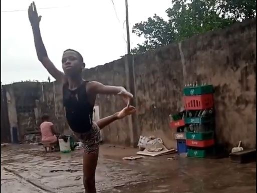 lieto-fine-per-il-bimbo-nigeriano-che-ballava-sotto-la-pioggia:-un'ex-ballerina-gli-paghera-gli-studi