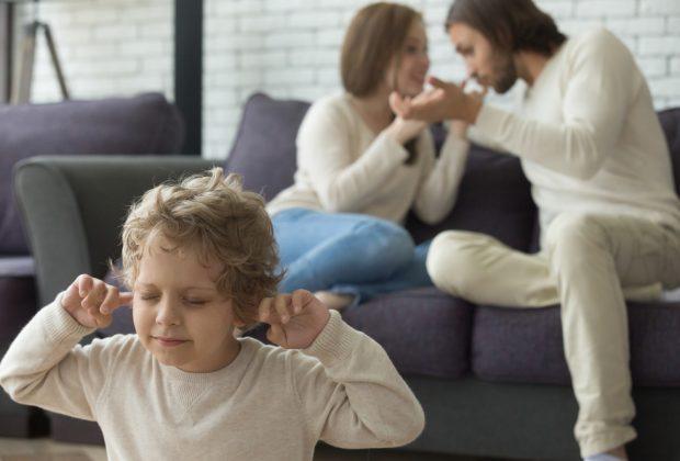 litigare-violentemente-davanti-ai-bambini-puo-essere-reato