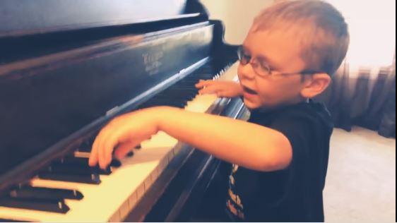 lo-straordinario-talento-di-avett,-il-bimbo-quasi-cieco-che-suona-bohemian-rapsody-(video)