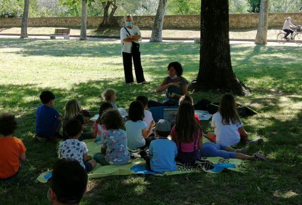 la-maestra-fa-lezione-al-parco-e-polemica
