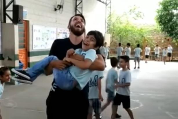maestro-prende-in-braccio-lalunno-disabile-per-fargli-saltare-la-corda-video