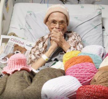 malata-di-tumore-realizza-all'uncinetto-vestiti-per-i-prematuri-durante-il-ricovero