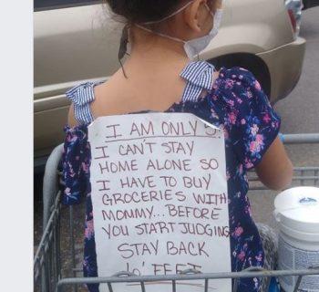mamma-single-porta-la-figlia-a-fare-la-spesa-con-un-cartello-sulla-schiena:-ecco-perche
