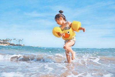 https://www.mamme.it/bambini-in-acqua-braccioli-cintura-o-ciambella/