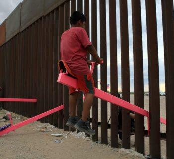 un-altalena-rosa-contro-l-odio-i-bambini-messicani-e-americani-giocano-insieme-attraverso-il-muro