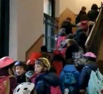 milano-alunni-in-classe-col-casco-singolare-iniziativa-a-favore-della-sicurezza-scolastica