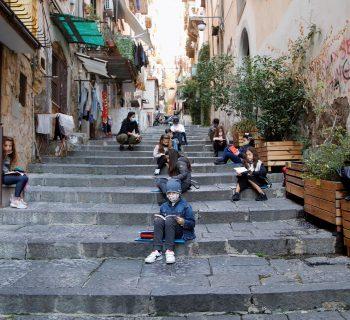 didattica-al-balcone-a-napoli-un-maestro-legge-rodari-tra-i-vicoli