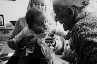nascite-e-lockdown-la-fotografa-che-immortala-i-primi-incontri-dei-bambini-con-i-nonni