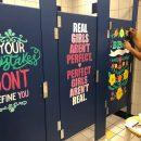 texas-gli-insegnati-dipingono-potenti-messaggi-sulle-porte-dei-bagni-per-aiutare-lautostima-degli-studenti