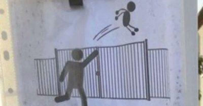 francia-curioso-cartello-fuori-da-una-scuola-vietato-lanciare-gli-alunni-dal-cancello