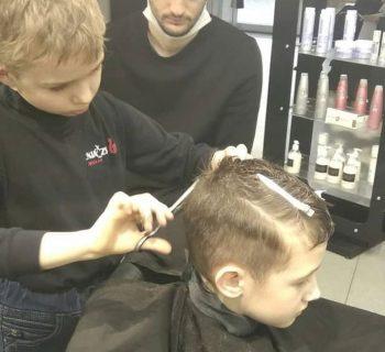 a-9-anni-taglia-i-capelli-in-un-salone-una-passione-nata-dopo-aver-perso-ludito