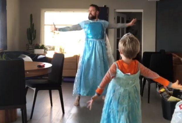La mamma non c'è, padre e figlio si scatenano sulle note di Frozen e il video diventa virale (VIDEO)