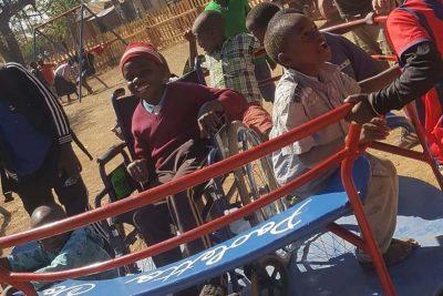 tanzania-il-primo-parco-giochi-adatto-anche-ai-bimbi-disabili