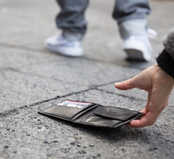 rho-trova-per-strada-150-euro-e-li-consegna-alla-polizia-premiato-un-12enne