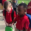 primo-giorno-di-scuola-bambino-accompagna-in-classe-il-compagno-autistico