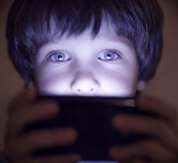 a-12-anni-restituisce-il-cellulare-al-padre-non-ne-posso-piu