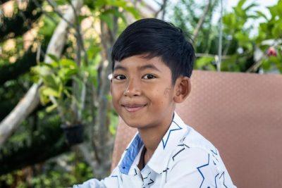 la-storia-di-salik-bimbo-cambogiano-ambulante-che-parla-16-lingue