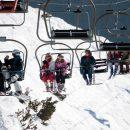 scivola-dalla-seggiovia-bambino-viene-messo-in-salvo-da-uno-sciatore-che-lo-afferra