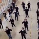 pesaro-cantano-e-ballano-insieme-alla-compagna-sorda-nel-linguaggio-del-segni