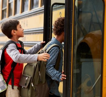 Bimbo di 9 anni dirotta lo scuolabus per raggiungere la fidanzata malata