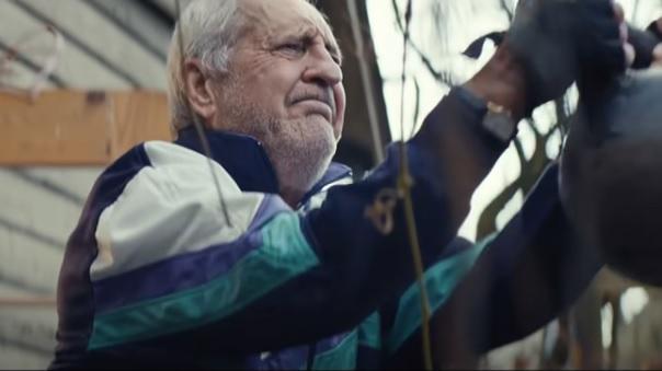 un-nonno-e-alle-prese-con-una-missione-davvero-speciale-lo-spot-di-natale-che-commuove-il-web