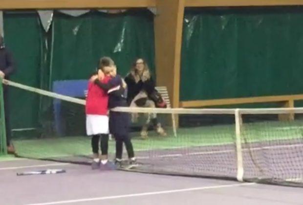 piccolo-tennista-perde-la-partita-e-corre-ad-abbracciare-il-suo-avversario-video