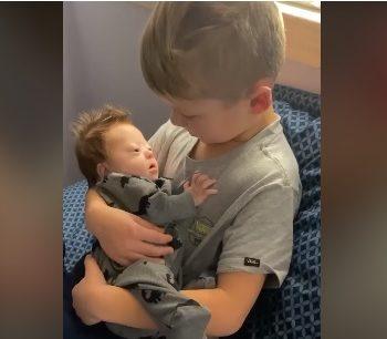 il-bambino-che-canta-al-fratellino-down-per-cullarlo-(video)
