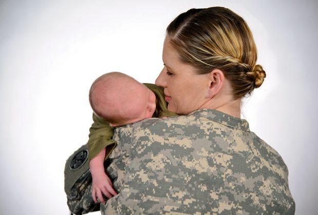 uniformi soldato incinta