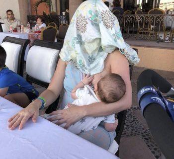 invitata-a-coprirsi-mentre-allatta-la-risposta-geniale-di-una-mamma