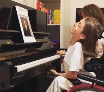 valentina-la-13enne-pianista-sulla-sedia-a-rotelle-curo-la-malattia-con-la-musica
