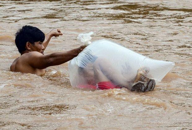 vietnam-per-andare-a-scuola-questi-bambini-attraversano-il-fiume-dentro-sacchi-di-plastica