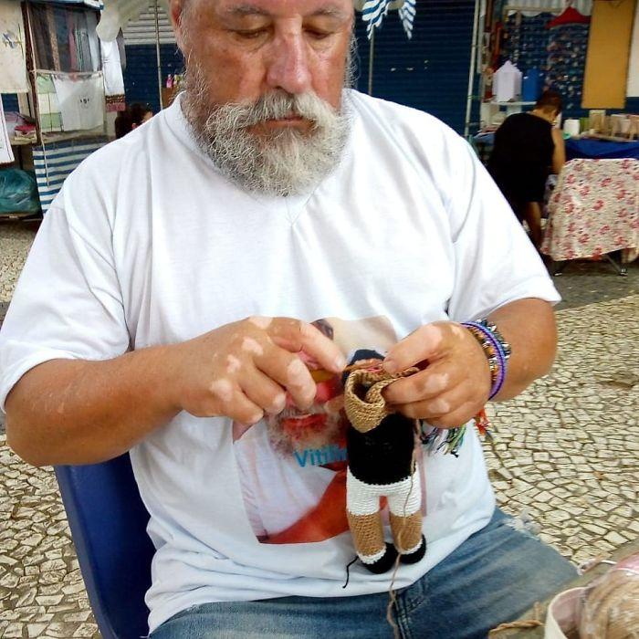 vitiligine-il-nonno-che-crea-bambole-per-aiutare-l'autostima-dei-bambini